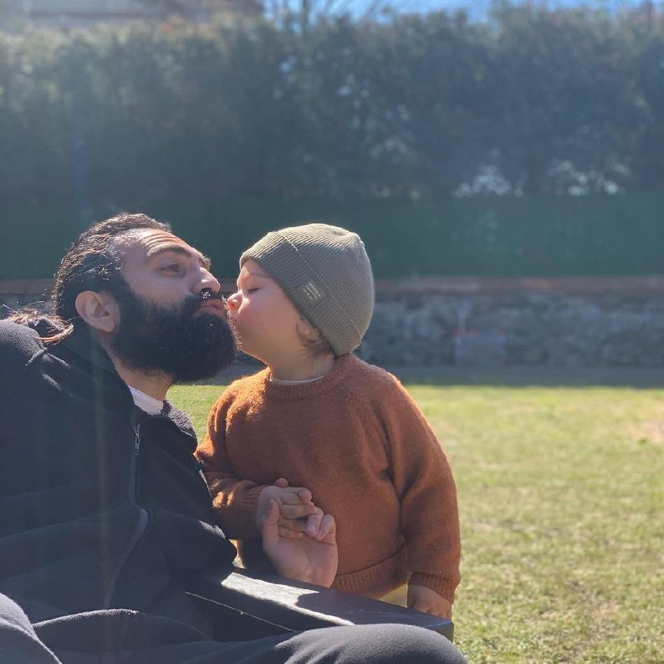 Бугра Гюльсой с сыном