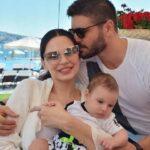 Толгахан Сайышман с супругой Альмедой Абази и сыном Эфеханом