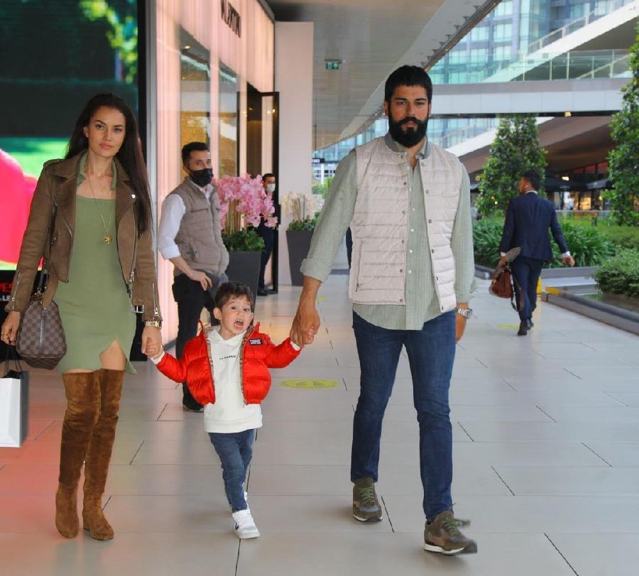 Фахрие Эвджен с сыном Караном и супругом Бураком Озчивитом