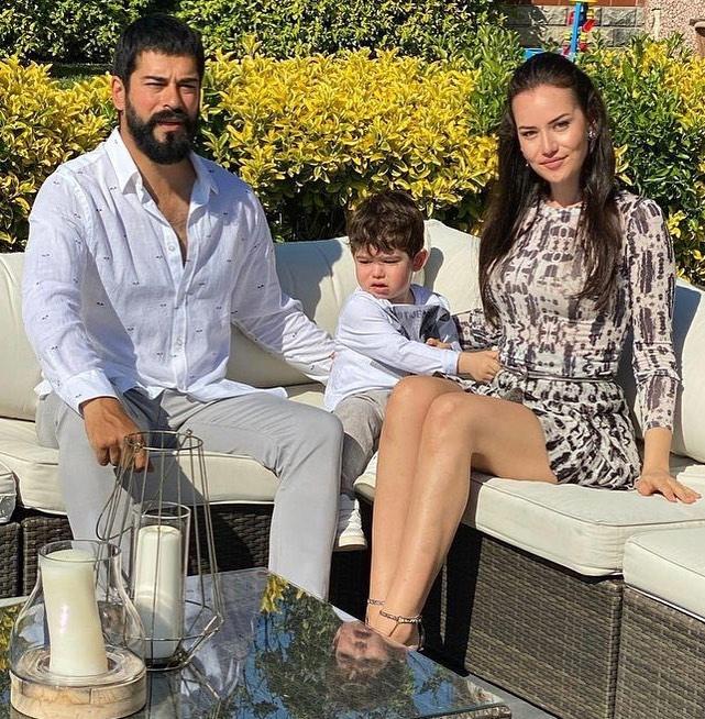 Бурак Озчивит с сыном и Фахрие Эвджен