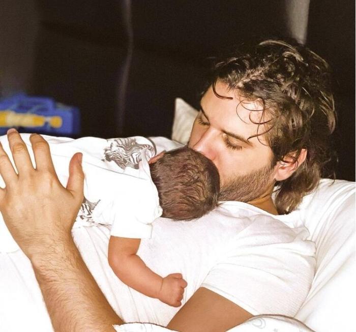 Толгахан Сайышман с новорожденной дочкой Алиной